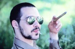 雪茄人抽烟 免版税库存图片