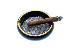 雪茄和烟灰缸 库存照片