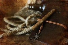 雪茄和皮革在木背景与减速火箭被抓的E-F 免版税库存图片