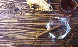 雪茄烟和头骨 免版税库存照片