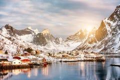 雪谷的平静的渔村在冬天 库存照片