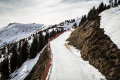 滑雪路在阿尔卑斯 库存图片