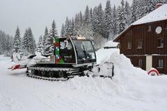 雪路辗在Å umava的Modrava村庄取消雪 图库摄影