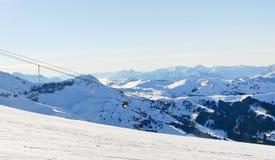滑雪轨道和滑雪电缆车在阿尔卑斯 免版税库存图片