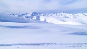 滑雪轨道有多雪的高山峰顶背景 库存照片