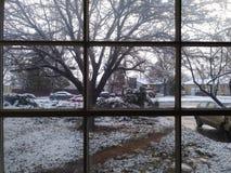 雪通过窗口 免版税库存照片