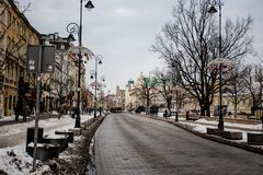 雪道在装饰期间的1月,中间冬天,圣诞节街市华沙仍然是  免版税库存图片
