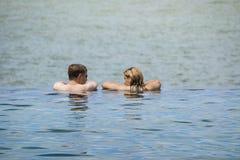 雪邦,马来西亚- 2012年10月21日:放松在无限游泳池的未认出的夫妇在季节性暑假期间 库存图片