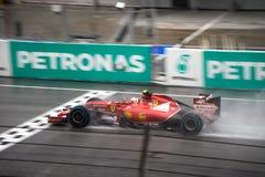 雪邦- 3月29 :Kimi Räikkönen在雨中的驾驶终点线 免版税库存图片