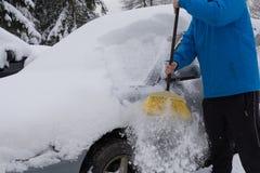 从雪释放下雪的汽车 免版税库存图片