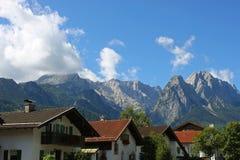 滑雪镇在阿尔卑斯 库存照片