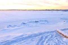 雪风景和北部城市背景的 库存图片