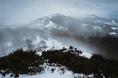 雪风暴在看横跨荒凉,但是美丽的英国小山的一个冷的冬日 库存照片