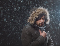 雪风暴的英俊的人 免版税库存照片