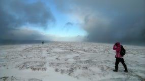 雪风暴的远足者 免版税库存图片