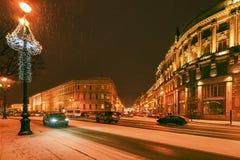 雪飞雪在城市 大教堂圆屋顶isaac ・彼得斯堡俄国s圣徒st 免版税库存图片