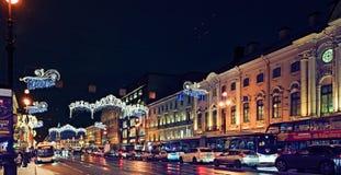 雪飞雪在城市 大教堂圆屋顶isaac ・彼得斯堡俄国s圣徒st 库存照片