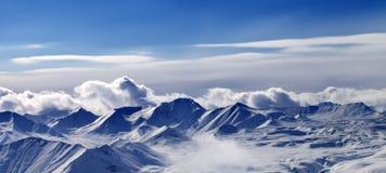 雪高原和阳光天空全景在晚上 库存照片