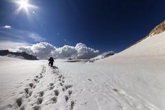 雪高原的两个远足者。 库存图片