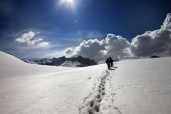 雪高原的两个远足者 库存照片