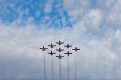 雪鸟同步执行在飞行表演的杂技飞机 免版税库存照片