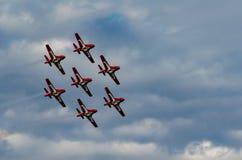 雪鸟同步执行在飞行表演的杂技飞机 免版税图库摄影