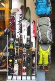 滑雪齿轮在高山商店在夏慕尼,法国 图库摄影