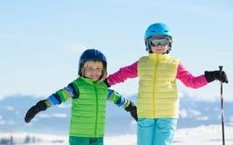 滑雪,冬天乐趣,享受在s的微笑的孩子滑雪假日 库存照片