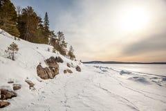 雪,海运的春天海岸Barentse。 库存图片