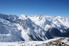 雪崩中断盖帽留下了山准备好的正确的树荫发光的倾斜雪山顶给顶层 库存图片