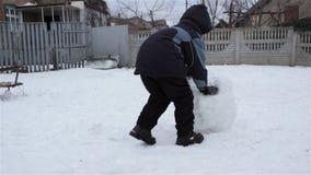 雪滚动的球雪人 股票视频