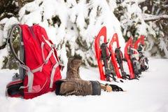 雪靴和背包 免版税库存照片