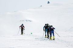 滑雪登山家队攀登在滑雪的火山 队种族滑雪登山 10第17 20 2009 4000在灰威严的美好的圆锥形考虑的日放射爆发之上扩大了高度堪察加kamchatskiy km多数nw发生一彼得罗巴甫洛斯克照片被到达的俄国海运stratovolcano的koryak 免版税库存照片