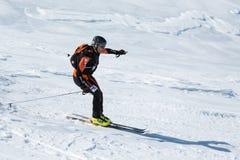 滑雪登山:滑雪登山家乘坐从山的滑雪 免版税库存照片