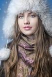雪围拢的愉快的女孩。 免版税库存照片