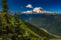 雪从水晶山上面的加盖的瑞尼尔山  库存照片