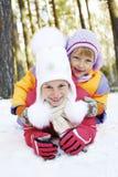 从雪幻灯片的儿童乘驾 驱动乐趣爬犁冬天 库存照片