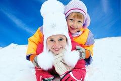 从雪幻灯片的儿童乘驾 驱动乐趣爬犁冬天 免版税库存图片