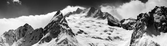 雪黑白全景在冬天维护 库存图片