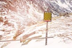 雪崩签到与雪的冬天山 免版税库存图片