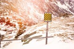 雪崩签到与雪的冬天山 库存照片