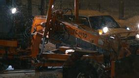 雪去除机器,去除城市道路的桶动力的挖掘机 股票视频