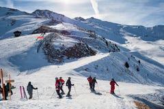 滑雪滑雪道的滑雪者在阿尔卑斯 免版税库存照片