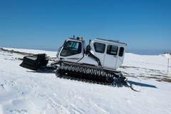 雪groomer准备滑雪倾斜在滑雪 库存照片