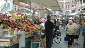 零售在广场delle Erbe的星期六市场上 股票录像