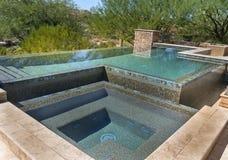 零的天际现代游泳池 免版税库存照片