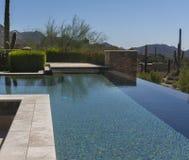 零的天际现代游泳池 图库摄影