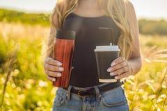 零的废概念为咖啡使用一次性或可再用的杯子 Ze 免版税库存照片