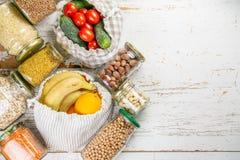 零的废概念,sustanable生活方式-玻璃和纸可再用包装买菜的 免版税库存图片
