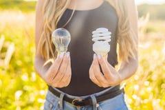 零的废概念 使用一个白炽灯或节能 免版税库存图片